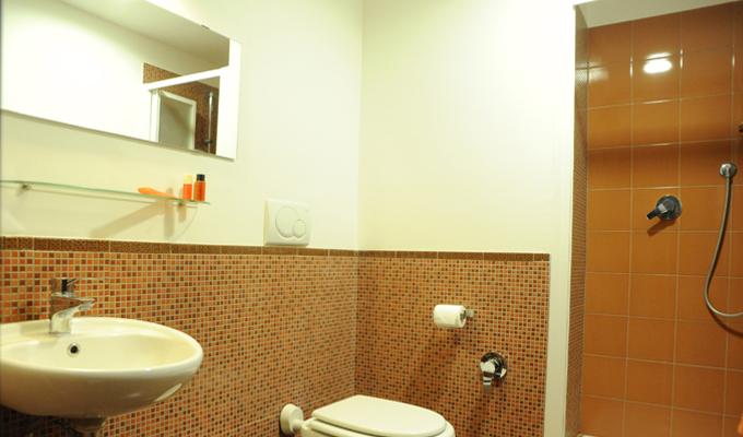 bagno camera arancione