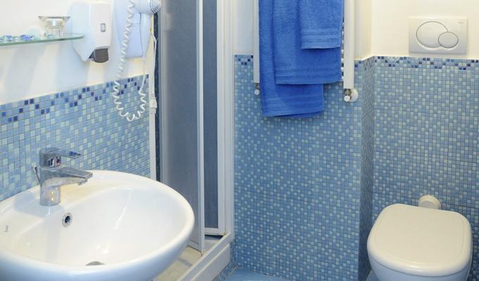 bagno camera azzurra